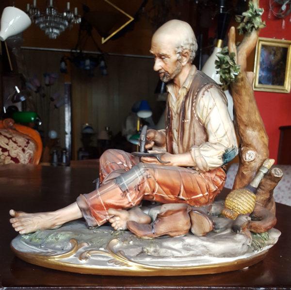 3 Capodimonte Statua di Capodimonte Napoli raffigurante un contadino maniscalco con fiasco di vino vista laterale