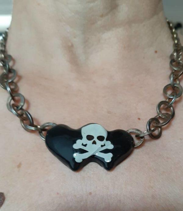 Collana doppio cuore nero con teschio bianco catena metallica maglie grandi handmade fatta a mano nera