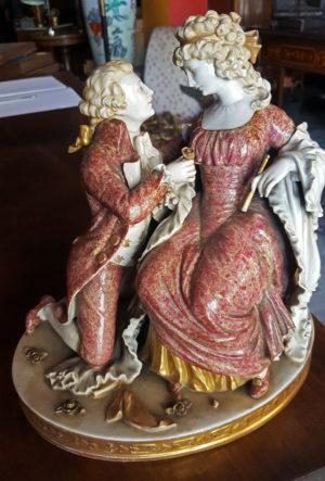 Gruppo in porcellana con dama corteggiata antico in ginocchio