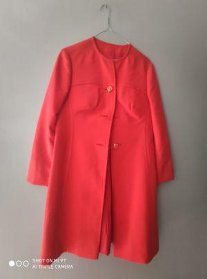 dettaglio cappotto vintage bottone in tinta rosso donna