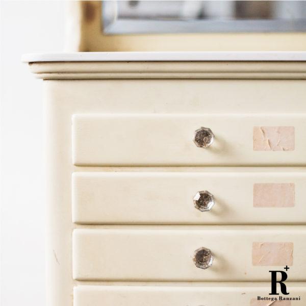 Mobiletto da dentista, anni '50 epoca modernariato Vintage 1Solo.com dettaglio cassetti dettaglio pomelli del cassetto